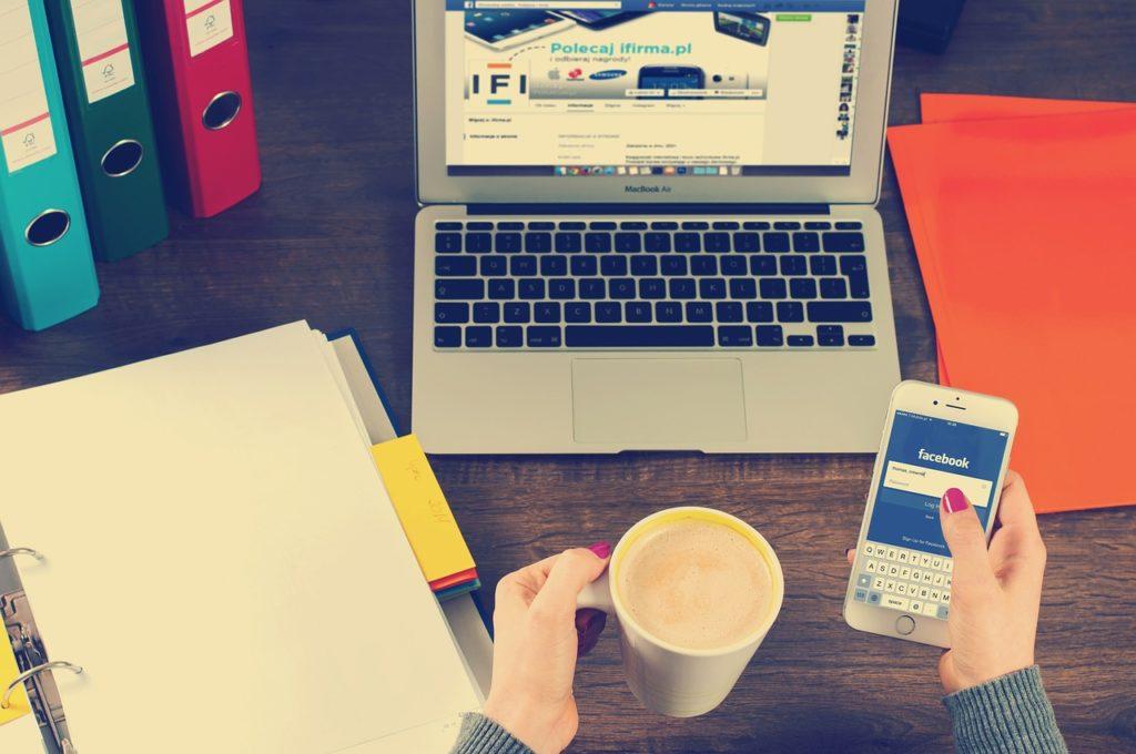 laptop, iphone, workspace-614213.jpg
